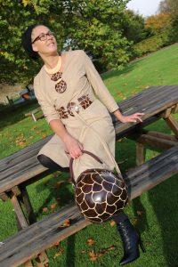Robe en suédine type cache coeur en suédine beige avec sa ceinture en calebasse le collier et le sac en calebasse assortis